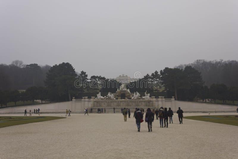 Schonbrunn park w mgłowym zima dniu fotografia stock