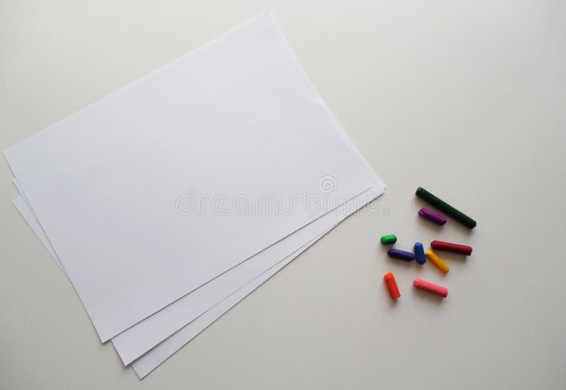 Schone bladen op de lijst naast de kleurpotloden royalty-vrije stock foto