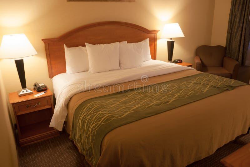 Schone de Flatzaal van Size Bed Furnished van de Slaapkamerkoning stock afbeeldingen