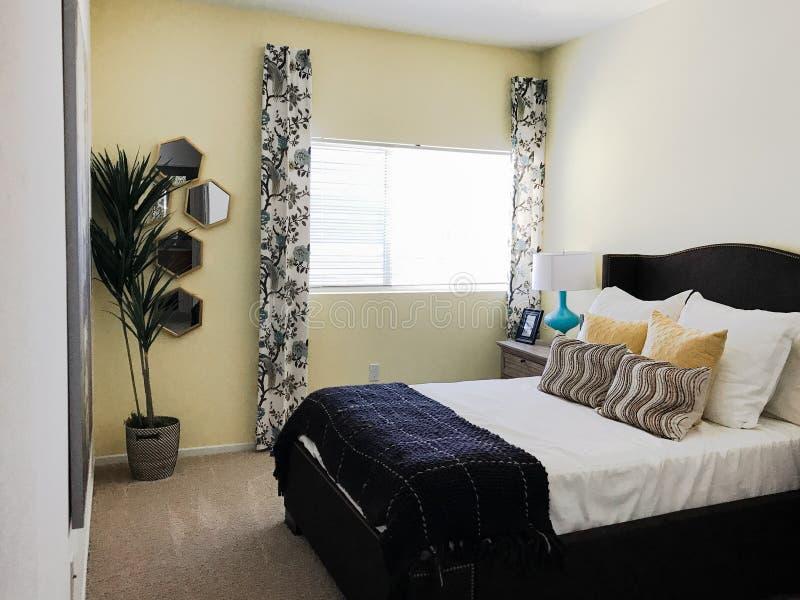 Schone eenvoudige kleine slaapkamer stock afbeeldingen