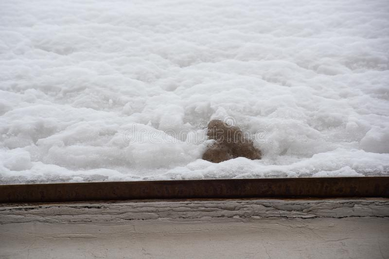 Schone en vuile sneeuw op een metaaldak stock afbeeldingen