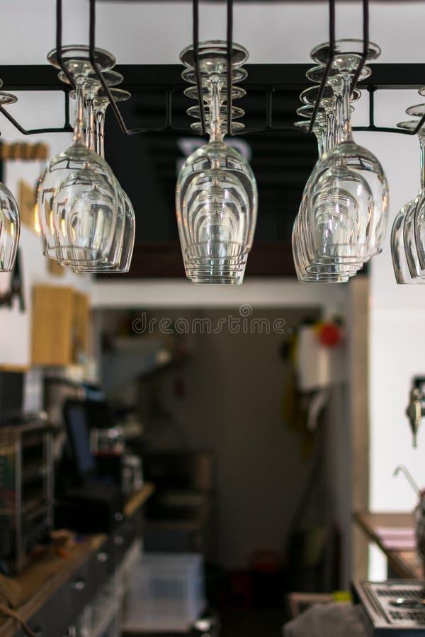 Schone glazen boven de bar op een achtergrond met bokeh stock foto