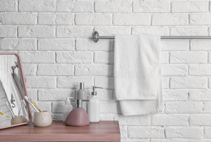 Schone handdoek op rek stock afbeelding