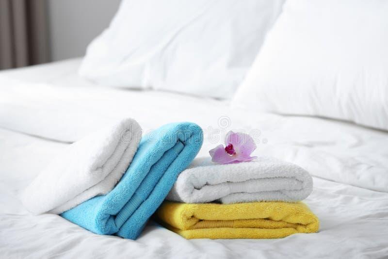 Schone handdoeken en roze orchidee royalty-vrije stock afbeelding
