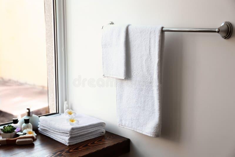 Schone handdoeken en schoonheidsmiddelen in badkamers stock fotografie