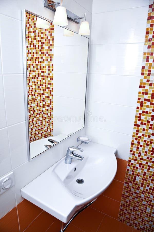 Schone huisbadkamers met gootsteen en spiegel stock foto