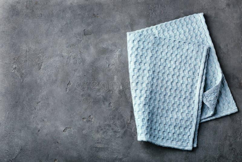 Schone keukenhanddoek op grijze achtergrond stock foto's