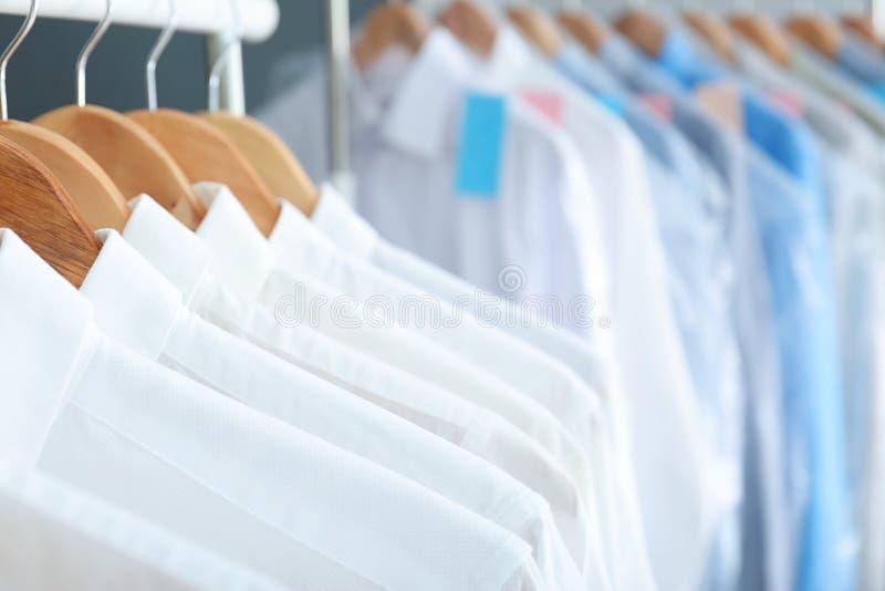 Schone kleren op hangers na stomerij, royalty-vrije stock afbeeldingen