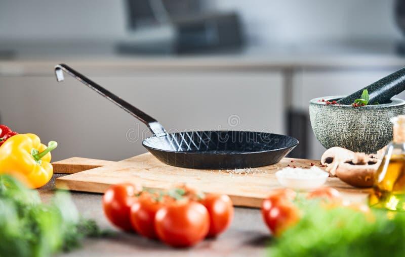 Schone lege oude zwarte koekepan of pan stock afbeelding