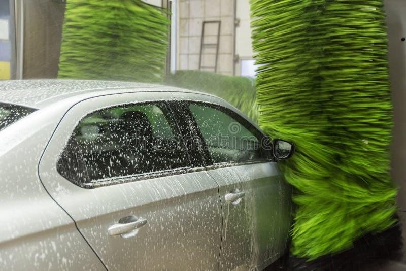 Schone machine, autowasserette met spons en slang Het de schoonmakende auto's en schuim van het hoge drukwater in de waspost stock foto's