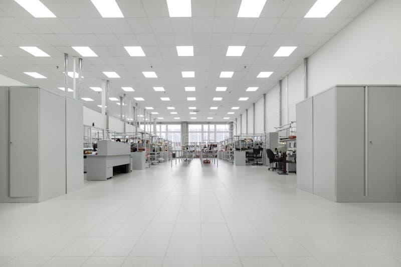 Schone productieruimte Vervaardiging van industriële elektronika stock afbeeldingen