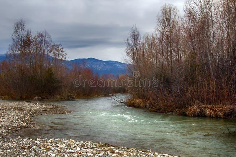 Schone rivierenstroom neer van bergen, stroomversnelling en bargrint stock foto's