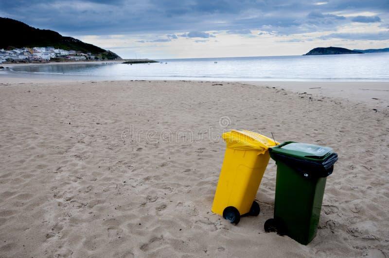 Schone strand en recyclingsbakken. royalty-vrije stock fotografie