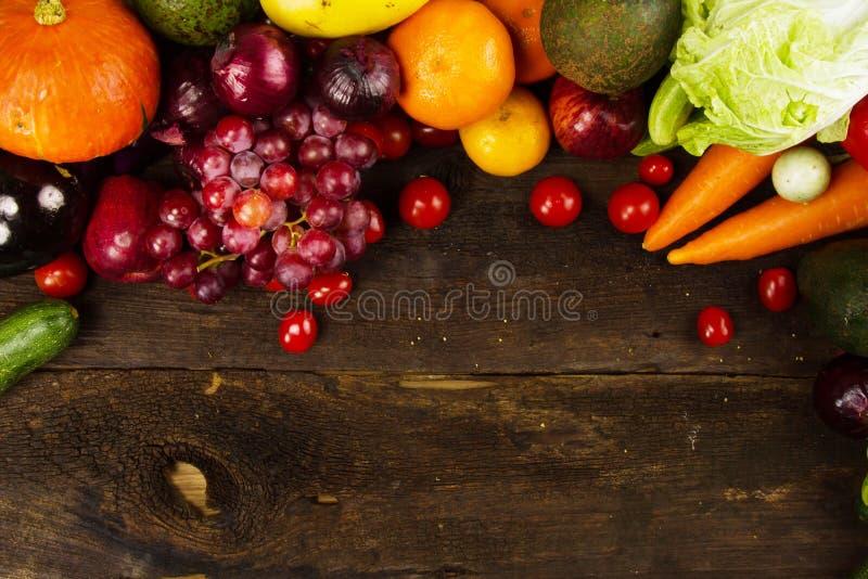Schone vruchten en groente op plank houten dieet en gezond voedsel royalty-vrije stock afbeeldingen