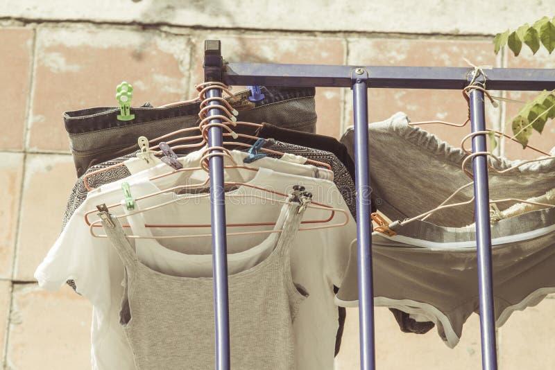 Schone wasserij hangin uit om te drogen stock afbeeldingen