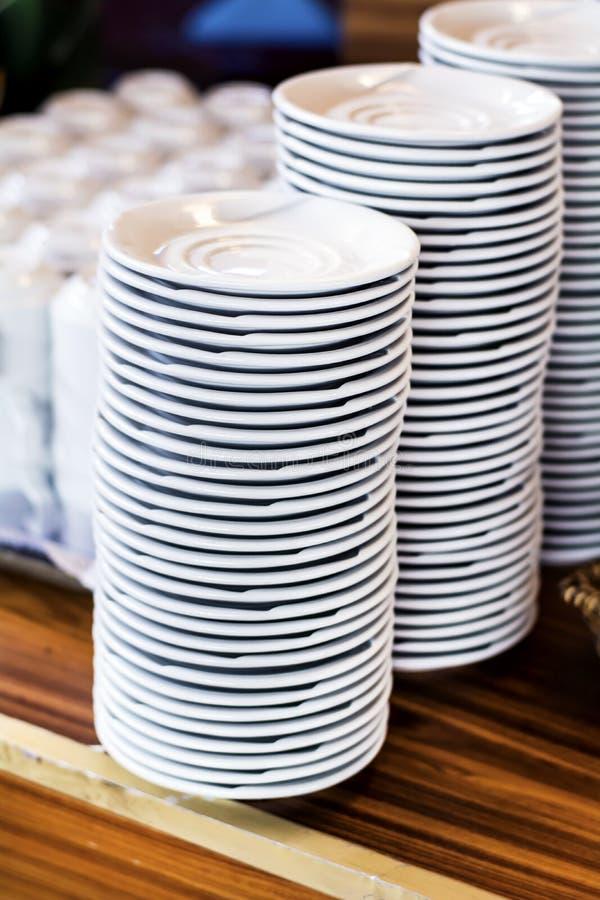 Schone witte platen en koppen op een houten lijst royalty-vrije stock fotografie