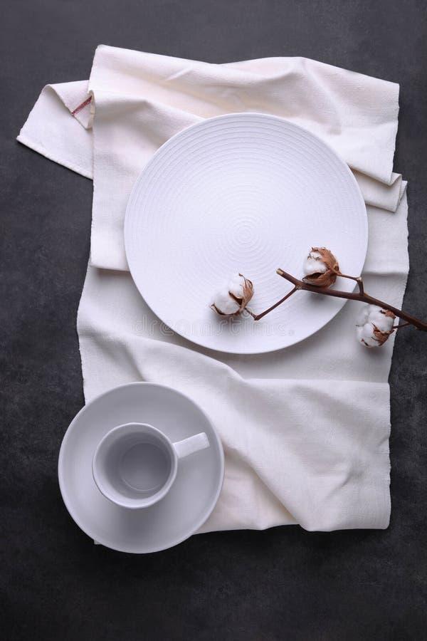 Schone witte schotels op keukenhanddoek royalty-vrije stock afbeeldingen