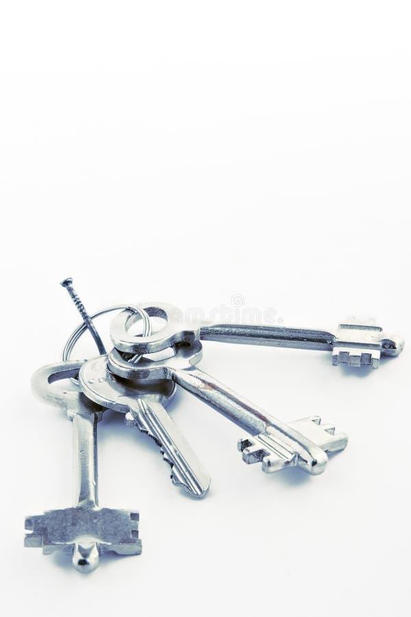 Schoof van sleutels op een spijker stock foto