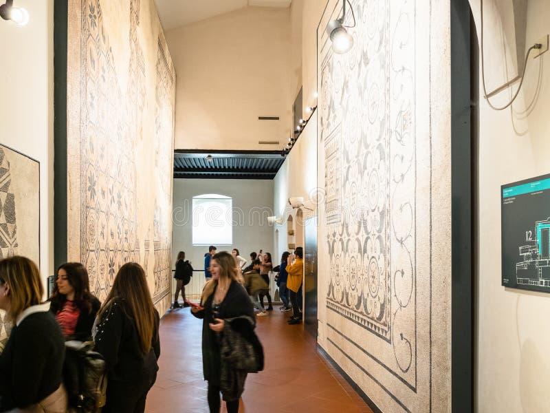 School childs in Klooster van Santa Giulia royalty-vrije stock afbeeldingen