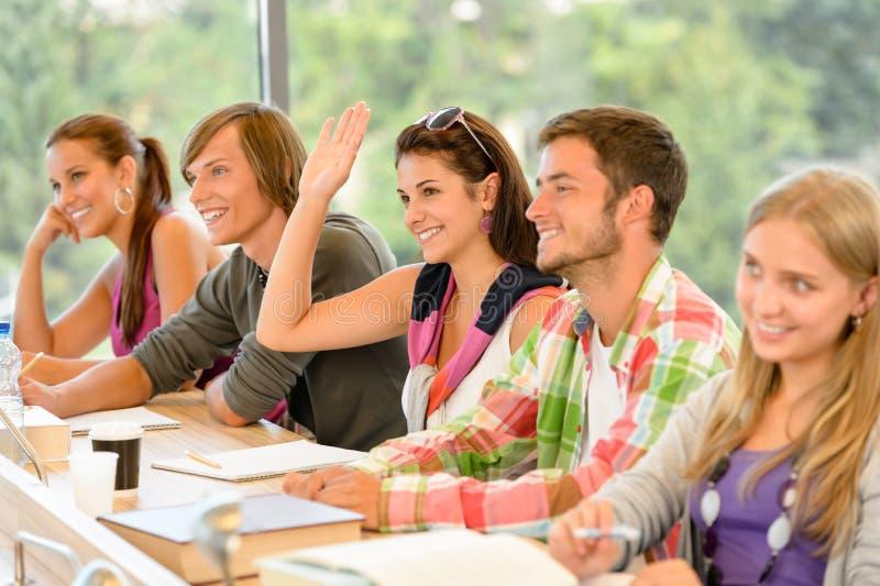 School-Kursteilnehmer, der ihre Hand in der Kategorie anhebt lizenzfreies stockbild