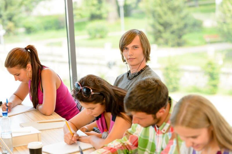 School-Kursteilnehmer an der Lektion im Kategorien-Teenager stockfotos