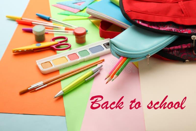 Schoolbag com fontes de escola fotografia de stock