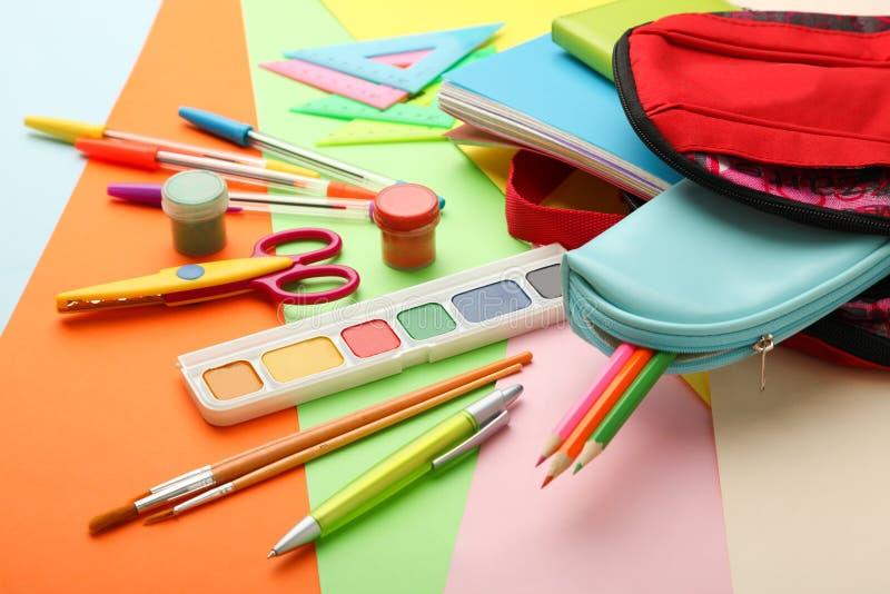Schoolbag com fontes de escola fotografia de stock royalty free
