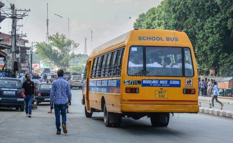 Schoolbus die op straat lopen stock afbeeldingen
