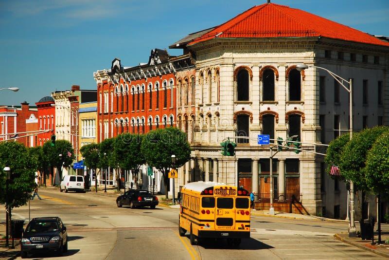 Schoolbus door stad stock foto's