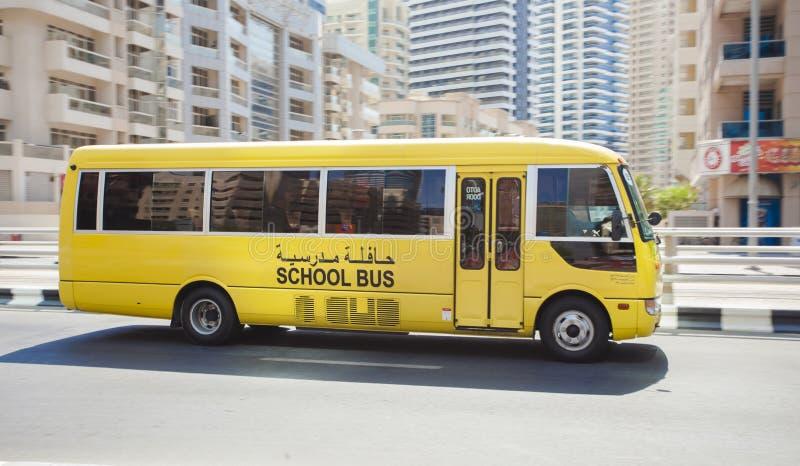 Schoolbus het drijven in de stad van Doubai, Verenigde Arabische Emiraten stock foto's