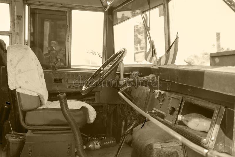 Schoolbus i Kuba royaltyfri bild