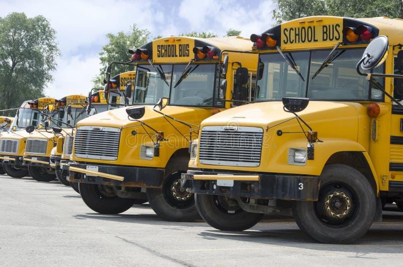 Schoolbussen worden opgesteld om jonge geitjes Vervoer dat royalty-vrije stock afbeeldingen