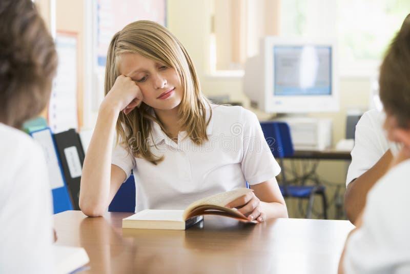 schoolgirl för bokgruppavläsning arkivbild