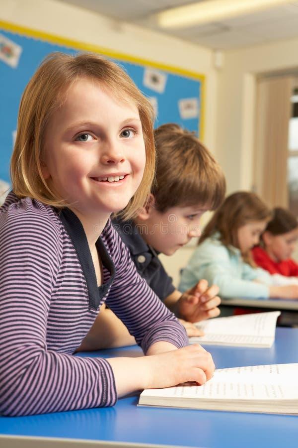 schoolgirl för bokklassrumavläsning royaltyfri bild