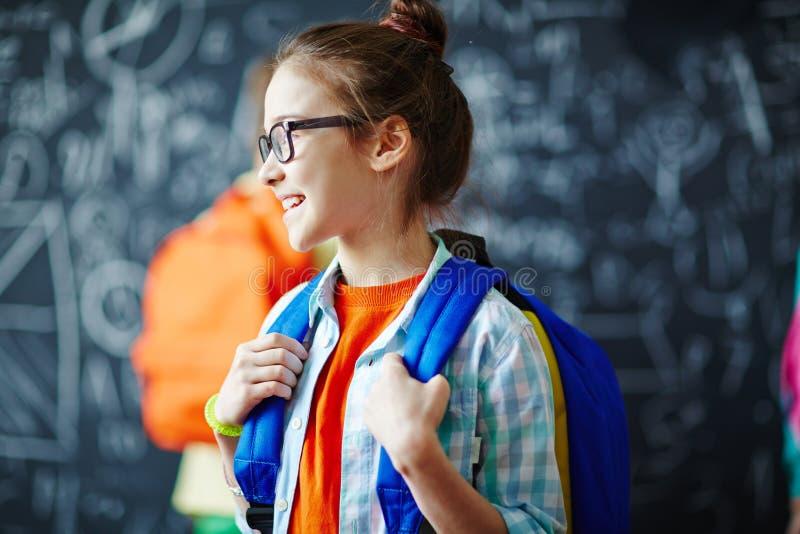 Schoolgirl med ryggsäck royaltyfri fotografi