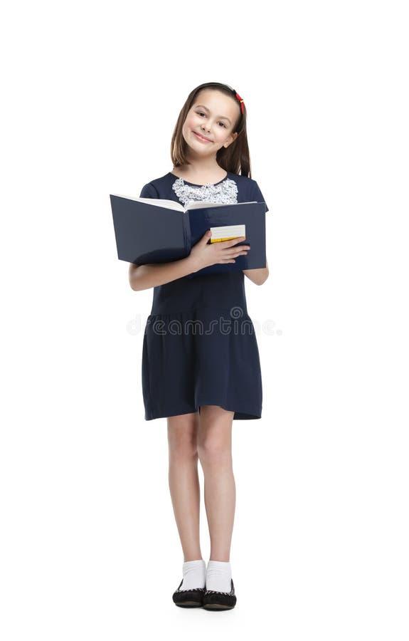 Schoolgirlnågot liknande som ska läsas arkivfoton