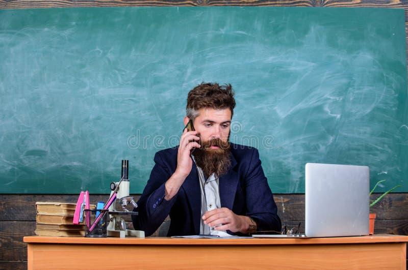 Schoolhoofd of leraar die ouders roepen om over examenresultaten te rapporteren De zorgen van de schoolleraar over communicatie m royalty-vrije stock foto