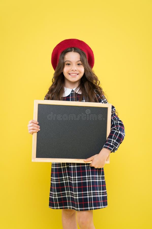 Schoolinformatie Het informeren van u Verwacht onverwacht De informatieraad van kindpromo Plaats voor informatie Meisje royalty-vrije stock foto's