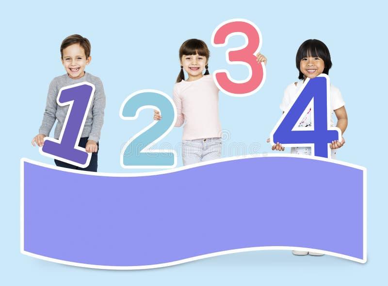 Schooljonge geitjes die wiskunde met aantallen leren royalty-vrije stock foto