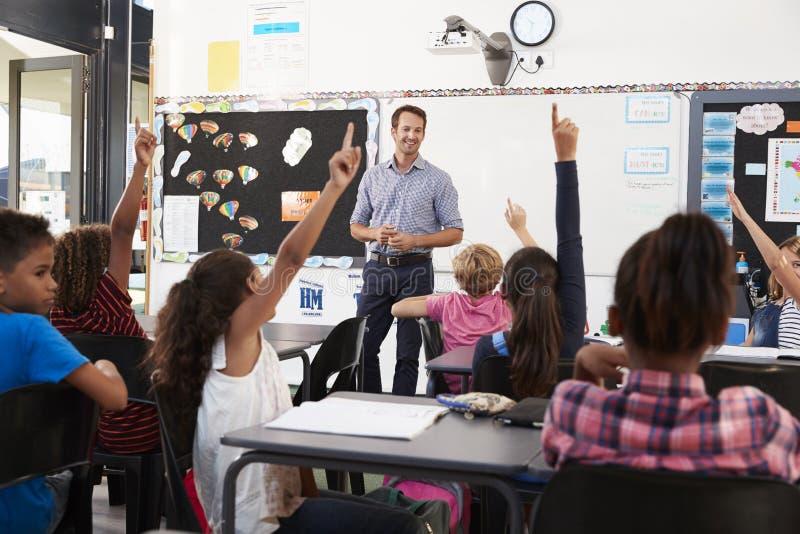 Schooljonge geitjes het opheffen dient basisschoolklasse in royalty-vrije stock afbeeldingen