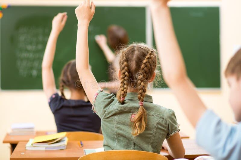 Schooljonge geitjes in klaslokaal bij les royalty-vrije stock foto's