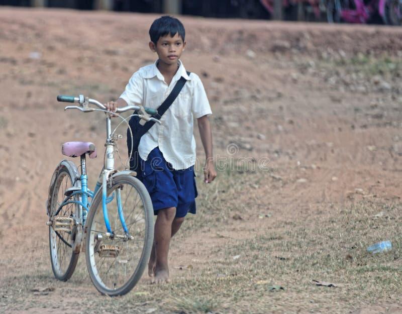 Schooljongen, Bakong-Tempel, Kambodja royalty-vrije stock foto