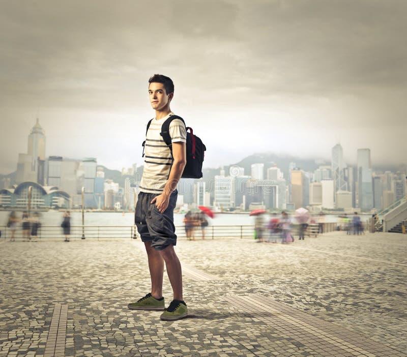 Schooljongen in de stad stock afbeeldingen