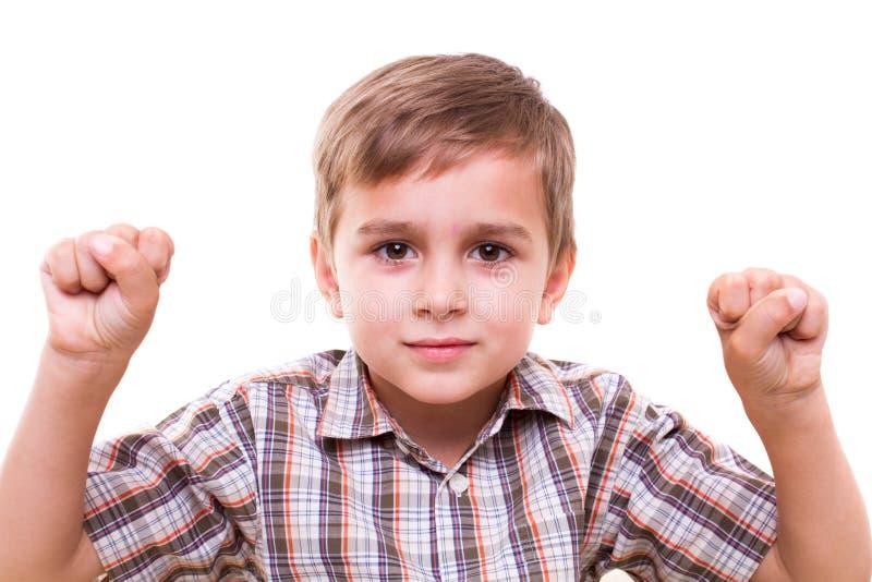 Schooljongen die aantallen met handen tonen stock afbeelding