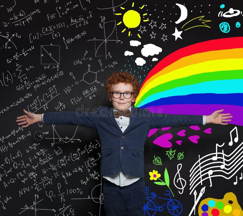 Schooljongen in eenvormig Wetenschap en het concept van kunstenberoepen royalty-vrije stock afbeeldingen
