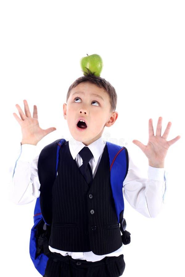 Schooljongen met appel stock foto's