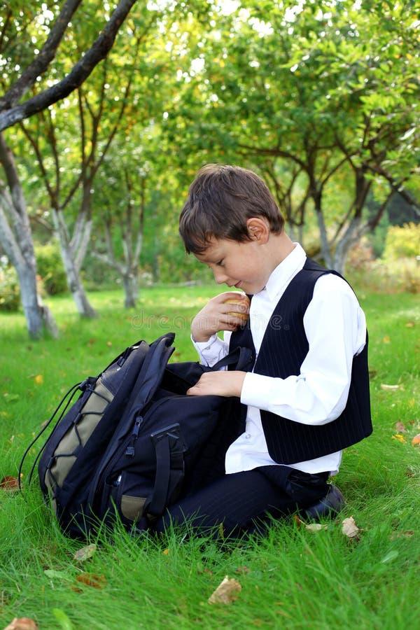 Schooljongen met appel in openlucht royalty-vrije stock fotografie