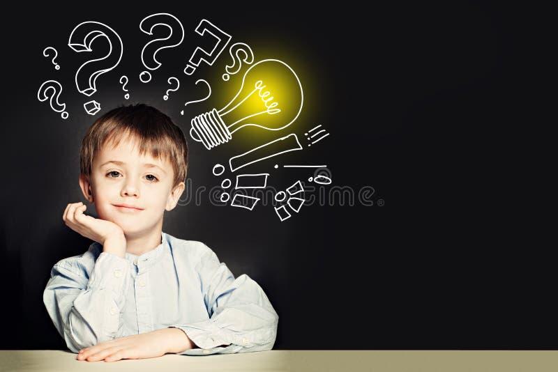 Schooljongen met lightbulb op achtergrond Het concept van het idee royalty-vrije stock fotografie