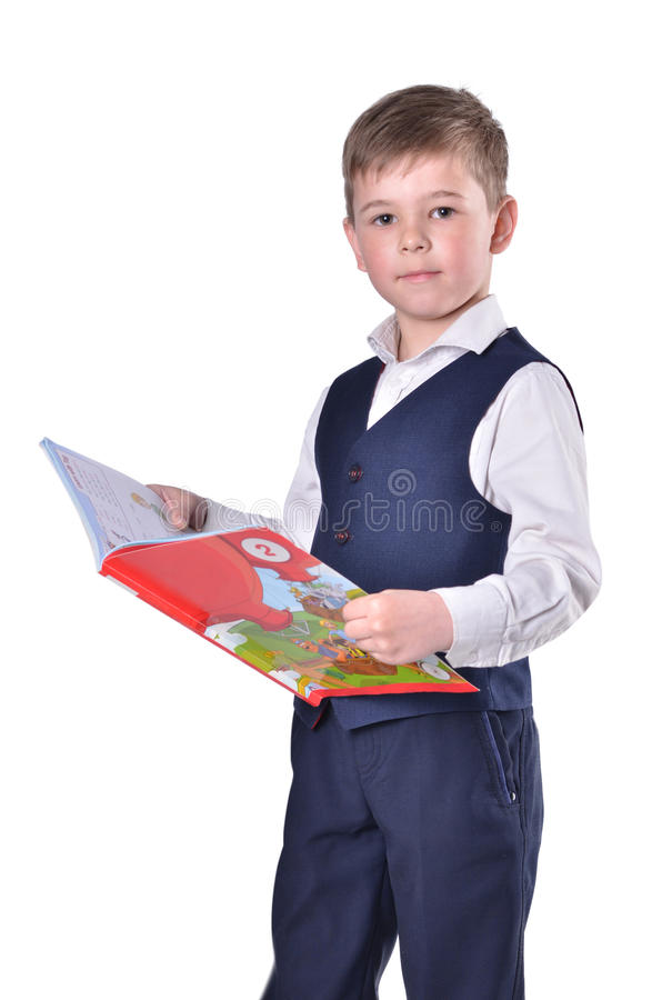 Schooljongen met open boek op witte achtergrond stock afbeelding