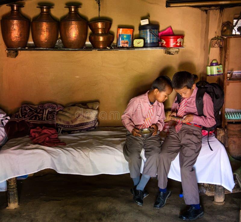 Schooljongens Nepal stock afbeeldingen